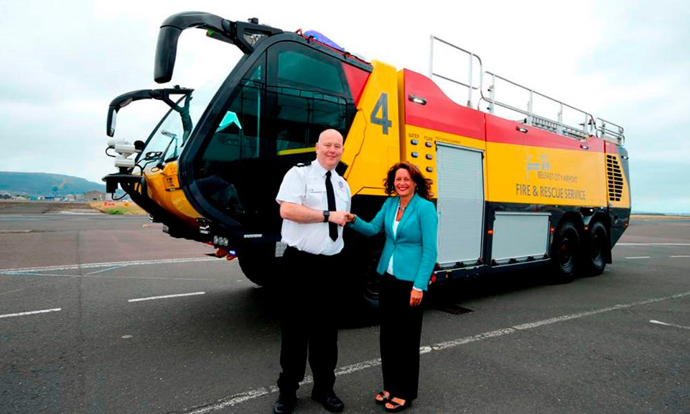 ITURRI entrega al Aeropuerto George Best Belfast City el nuevo vehículo de emergencias T6x6